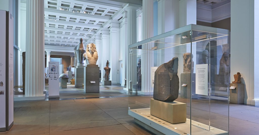 Pedra de Roseta em exposição no British Museum - Reprodução