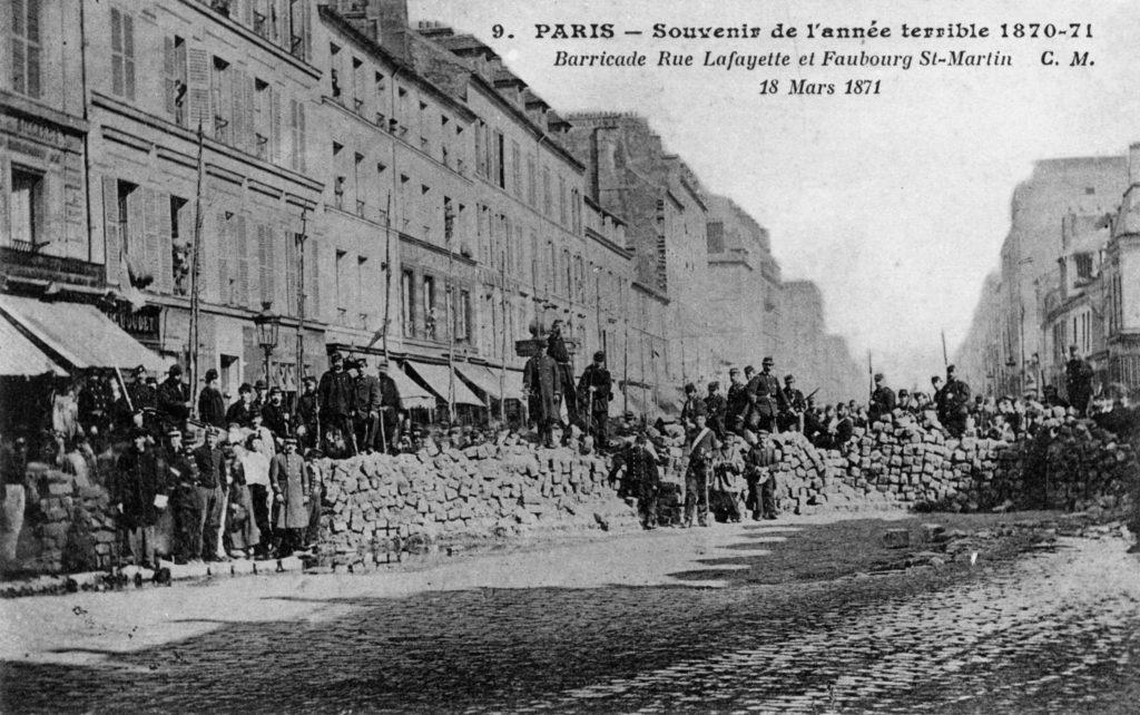 Fotografia de uma barricada da Comuna de Paris datada de 1871